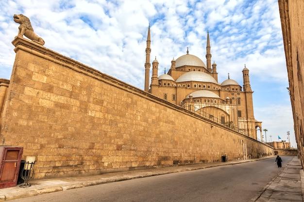 Citadel van de muur van caïro en de weergave van de moskee van muhammad ali, egypte.