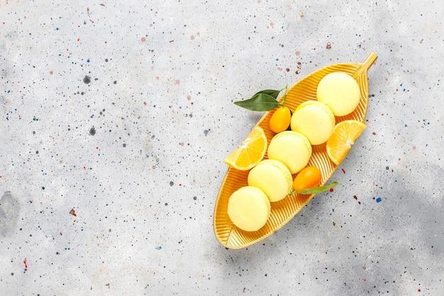 Citroen bitterkoekjes met vers fruit.