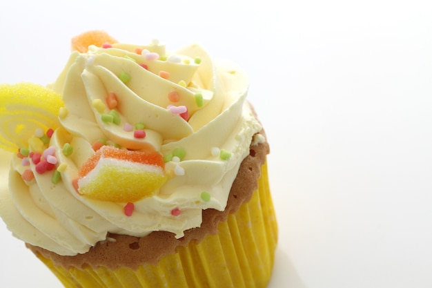 Citroen cupcake geïsoleerd in wit