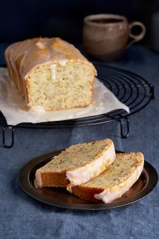 Citroen cupcake met maanzaad. traditionele zelfgemaakte taarten. citroenbrood met suikersuikerglazuur