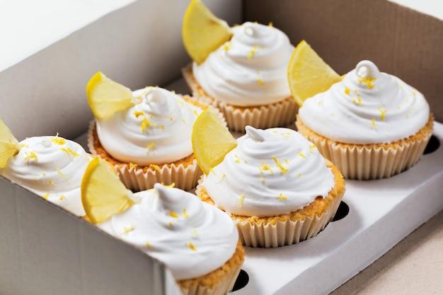 Citroen cupcakes met witte room, cupcake verpakking, leveringsdoos