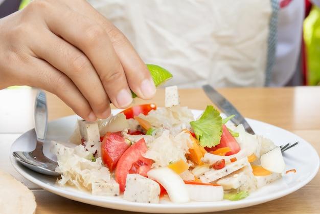 Citroen en koken. kruidige en zoetzure smaak. en salade.