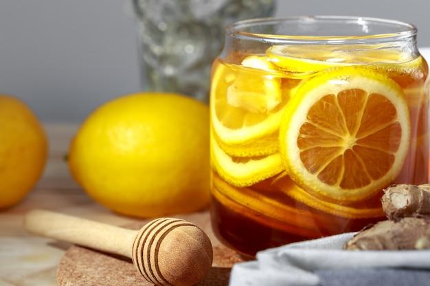 Citroen en natuurlijke honing, honingcitroen, een goede traktatie om vitamines te hebben en een sterke immuniteit.