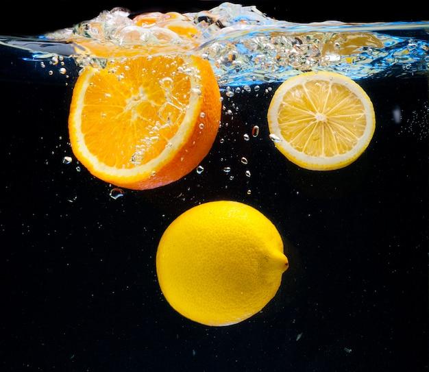 Citroen en sinaasappel in het water