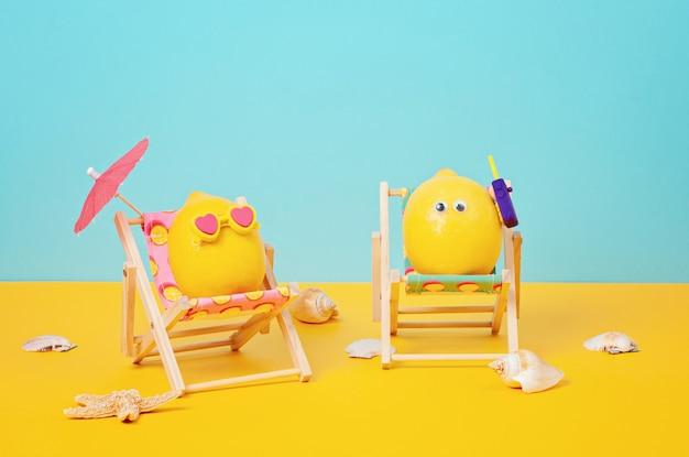 Citroen in zonnebril in de zonnebank met umbrela op het strand