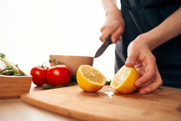 Citroen snijden op het bord met een mes keuken kookingrediënten