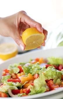Citroen wordt toegevoegd aan salade