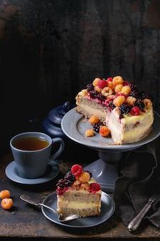 Citroencake met kleurrijke frambozen