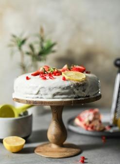 Citroencake met verse aardbeien en granaatappelzaden