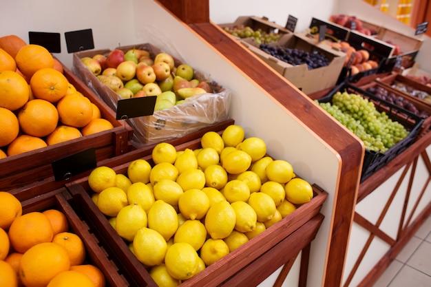 Citroenen en ander fruit in een doos op de teller van een groente winkel
