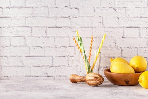 Citroenen en citruspers voor het maken van citroensap