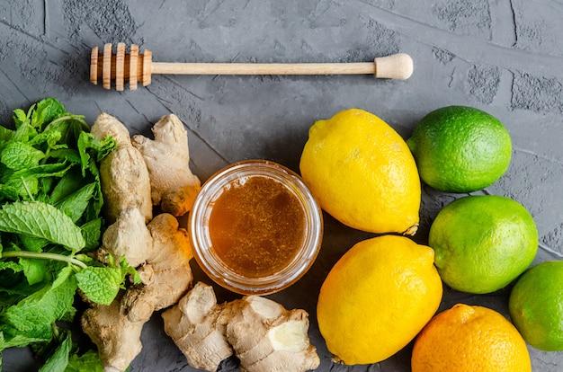 Citroenen, limoenen, gemberwortel, muntblaadjes en verse honing