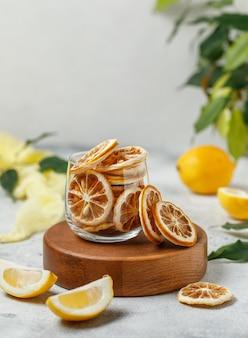 Citroenfrips gedroogde citroen op witte achtergrond veganistische snack