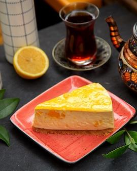 Citroenkaastaart met zwarte thee geserveerd in armudu-glas