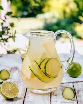 Citroenlimonade met limoen en komkommer