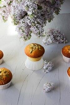 Citroenmuffins bestrooid met gehakte pistachenoten.
