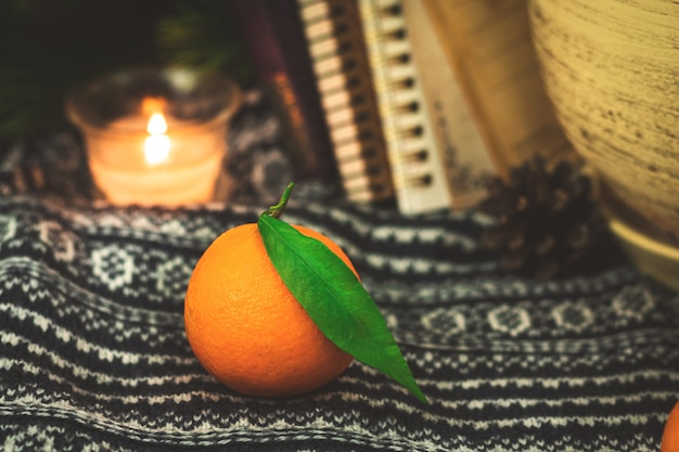 Citrus compositie, winter en herfst gezellige stilleven compositie met mandarijnen of mandarijn, achtergrond van boeken. hoge kwaliteit foto