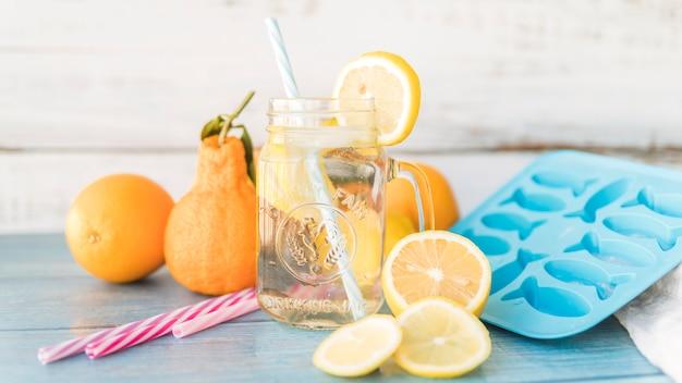Citrus en items voor het bereiden van verfrissende drankjes