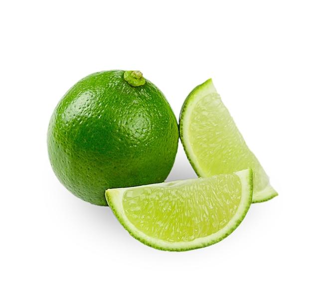 Citrus kalk fruit op een witte achtergrond.
