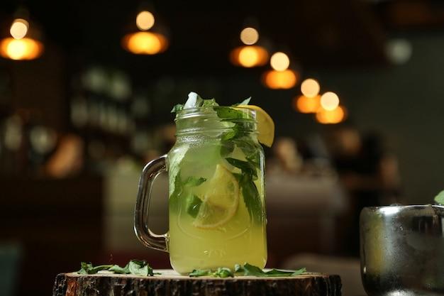 Citrus limonade citroen bruisend water limoen ijs zijaanzicht
