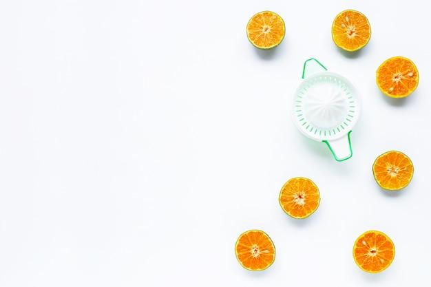 Citrus sinaasappelpers met half gesneden sinaasappelenachtergrond