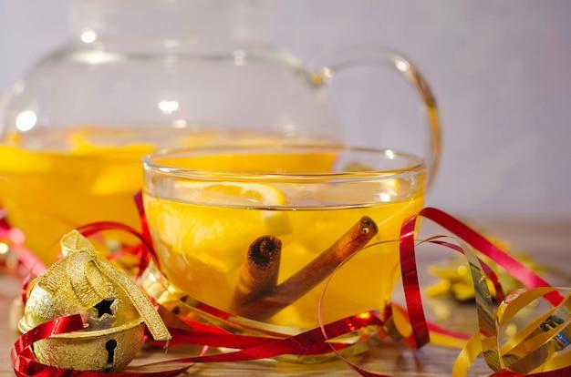 Citrus thee met kaneelstokjes en serpentines
