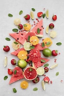 Citrusvruchten, bessen, watermeloen en bladeren