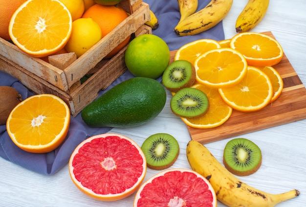 Citrusvruchten in houten kist en snijplank