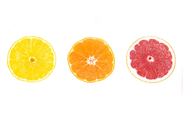 Citrusvruchten plakjes: gele sappige citroen, rijpe sinaasappel, rode verse grapefruit.