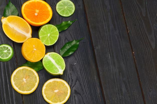 Citrusvruchtenplak op een zwarte houten achtergrond