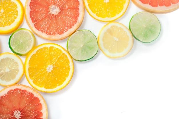 Citrusvruchtenplakken op wit