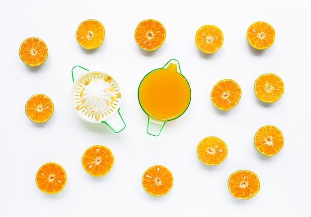 Citrusvruchtensap met sinaasappelenfruit op wit