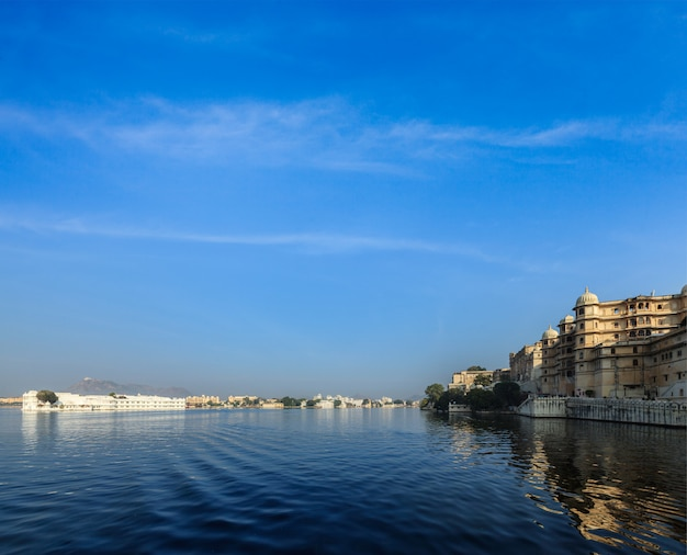 City palace, lake palace en lake pichola. udaipur, india