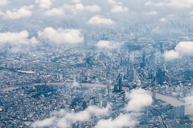 Cityscape de horizon van bangkok, thailand. bangkok is een metropool en favoriet bij toeristen die tussen moderne wolkenkrabbers wonen, inwoners van de gemeenschap en verschillende religies zijn vredig