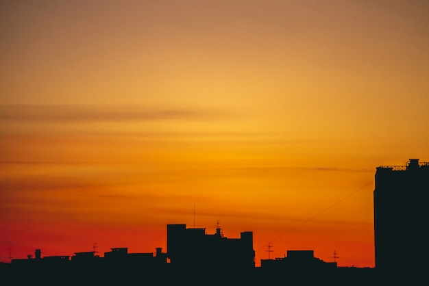 Cityscape met levendige vurige dageraad.