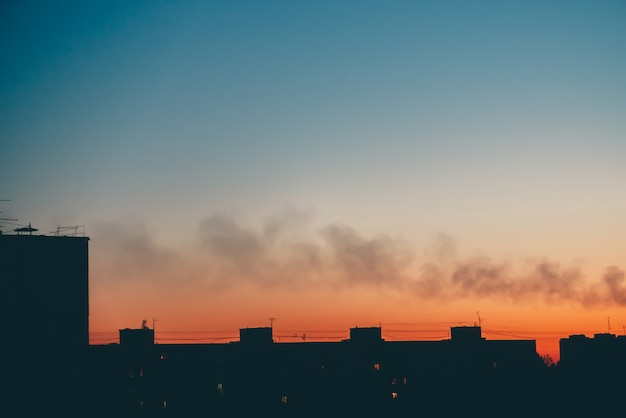 Cityscape met prachtige varicolored levendige dageraad