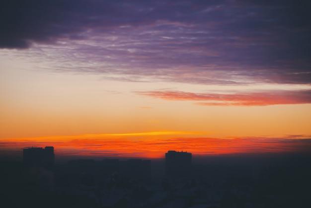 Cityscape met prachtige varicolored vurige dageraad