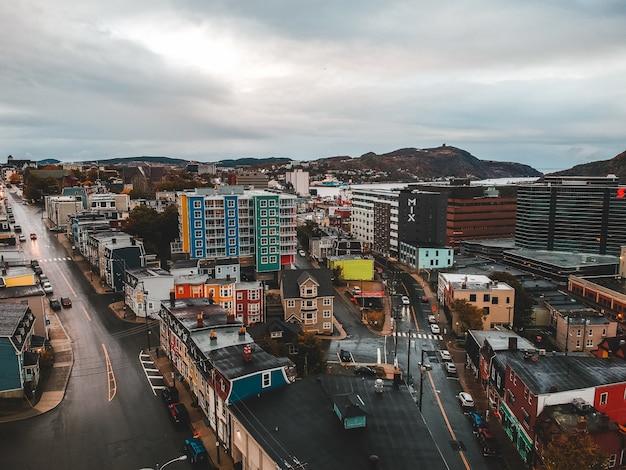 Cityscape onder grijze lucht