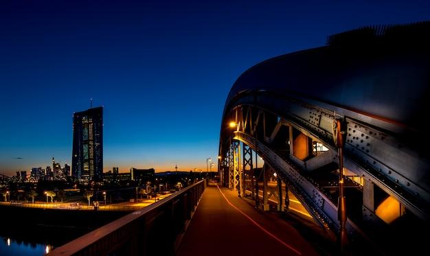 Cityscape 's nachts gezien vanaf een brug