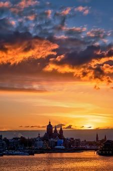 Cityscape van amsterdam horizon met kerk van sinterklaas op su