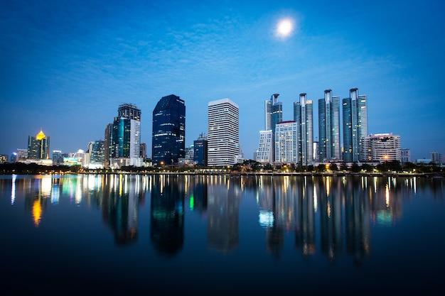 Cityscape van bangkok bij schemering, thailand