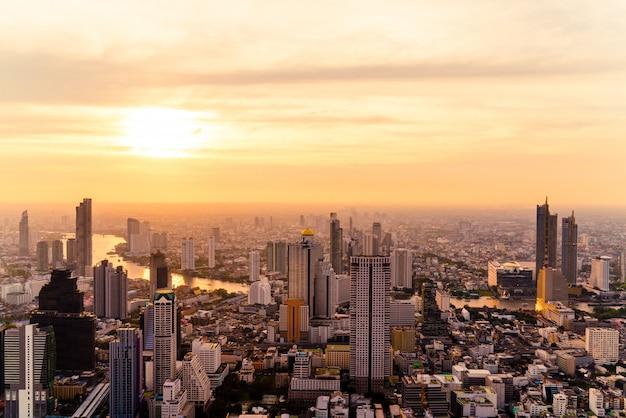 Cityscape van bangkok bij zonsondergang