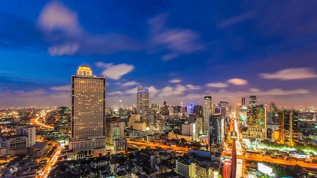 Cityscape van bangkok commercieel district met de hoge bouw bij schemer, bangkok, thailand.