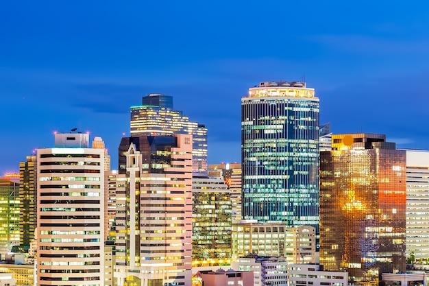 Cityscape van bangkok in schemering, bedrijfsdistrict met de hoge bouw, thailand.
