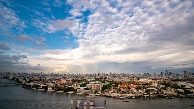 Cityscape van bangkok langs chaopraya-rivier van hoge mening