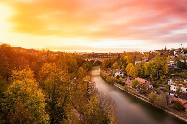 Cityscape van bern en de brug in zonsondergang, zwitserland