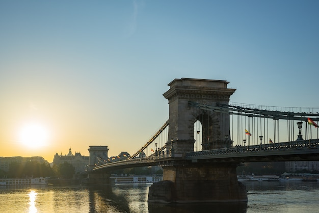 Cityscape van boedapest met kettingsbrug en de rivier van donau in hongarije
