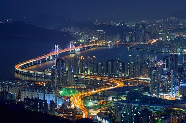 Cityscape van busan gwanganbrug bij nacht