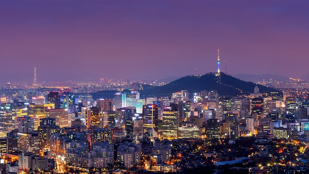 Cityscape van de binnenstad bij nacht in seoel, zuid-korea.