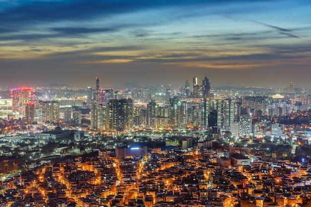 Cityscape van de binnenstad van seattle bij 's nachts wordt verlicht die